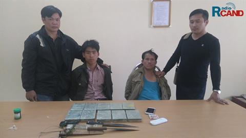Bắt giữ 2 đối tượng người Lào vận chuyển trái phép 10 bánh heroin