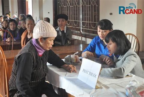 Khám chữa bệnh và cấp phát thuốc miễn phí cho nhân dân