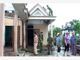 Công an huyện Bố Trạch giúp dân khắc phục hậu quả bão số 4