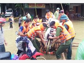 Lực lượng công an giúp dân vùng ngập lũ
