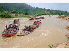 Khai thác cát trên sông Krông Nô gây sạt nở nghiêm trọng