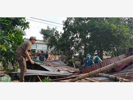 Công an Đồng Tháp chủ động giúp dân khắc phục hậu quả do giông lốc
