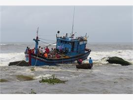 Quảng Ngãi – Hiểm nguy rình rập tàu cá ngư dân ở cửa biển mùa mưa bão
