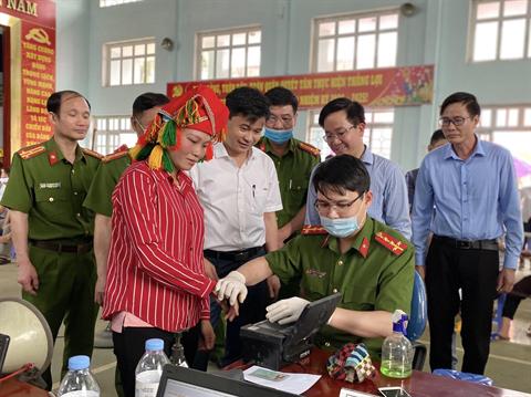 Giám đốc Công an tỉnh kiểm tra tiến độ cấp CCCD gắn chíp điện tử tại xã Phú Nhuận, huyện Bảo Thắng