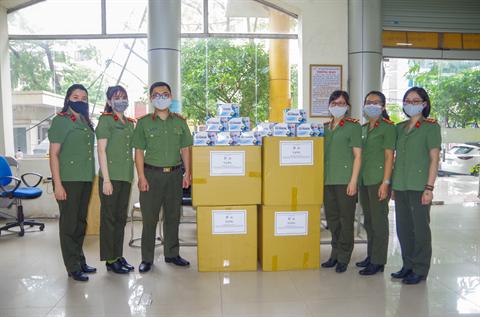 Tặng khẩu trang y tế cho Đoàn Thanh niên Công an tỉnh Bắc Giang